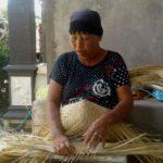 Kerajinan Caping Bambu, Upaya Warga Desa Karanggebang Melestarikan Warisan Leluhur