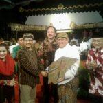 Ajak Masyarakat Perkuat Nilai Budaya, Gus Ipul dan Mbak Puti Nonton Wayang Kulit di Ponorogo