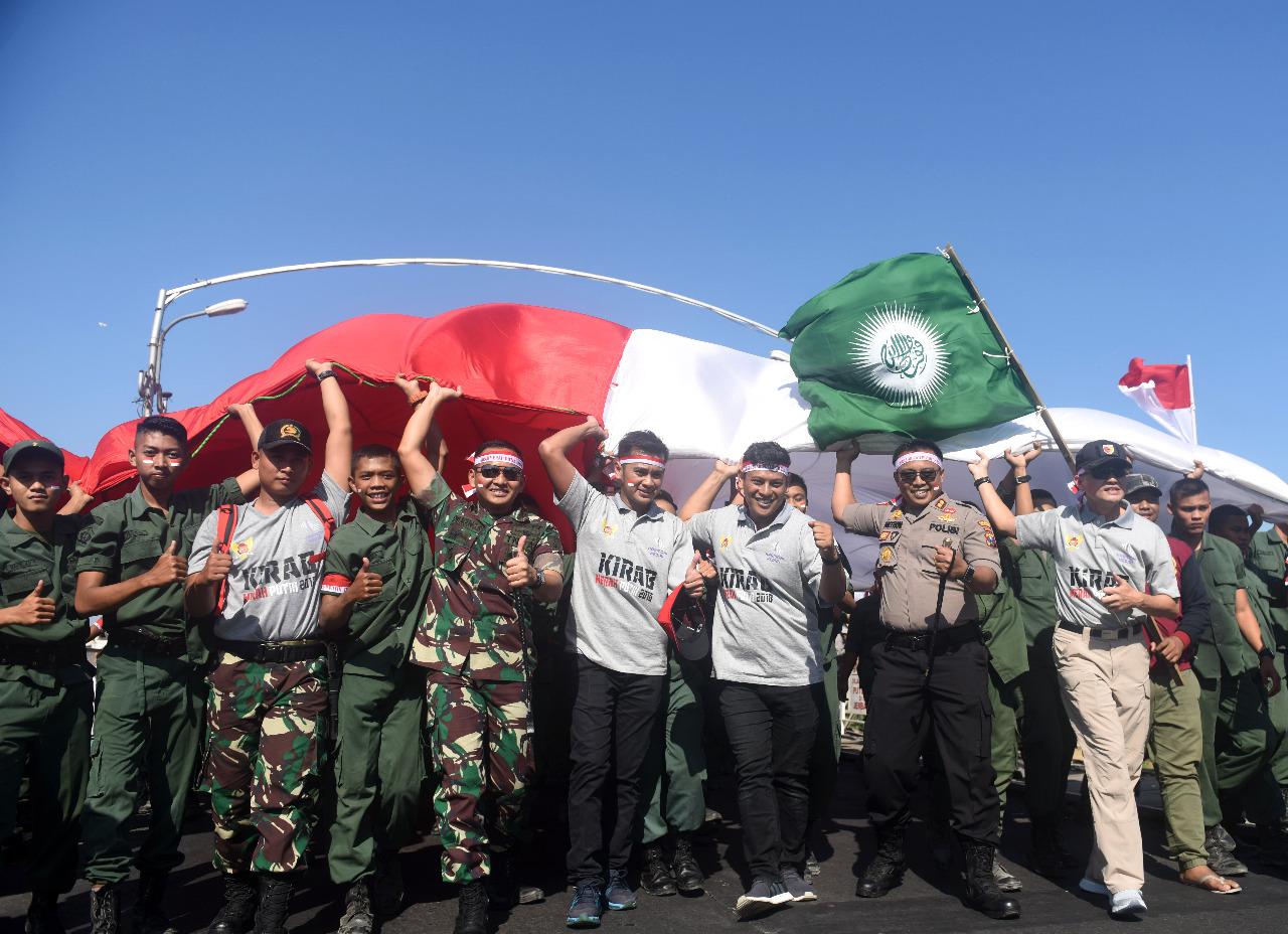 Pemuda Kediri Pasang Bendera Raksasa di Gunung Klotok