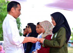 Presiden Jokowi Serahkan Beasiswa Kepada Mahasiswa Terdampak Gempa di Lombok