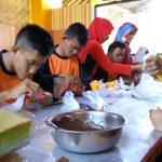 Serunya Siswa SLB Membuat Kue dan Cokelat