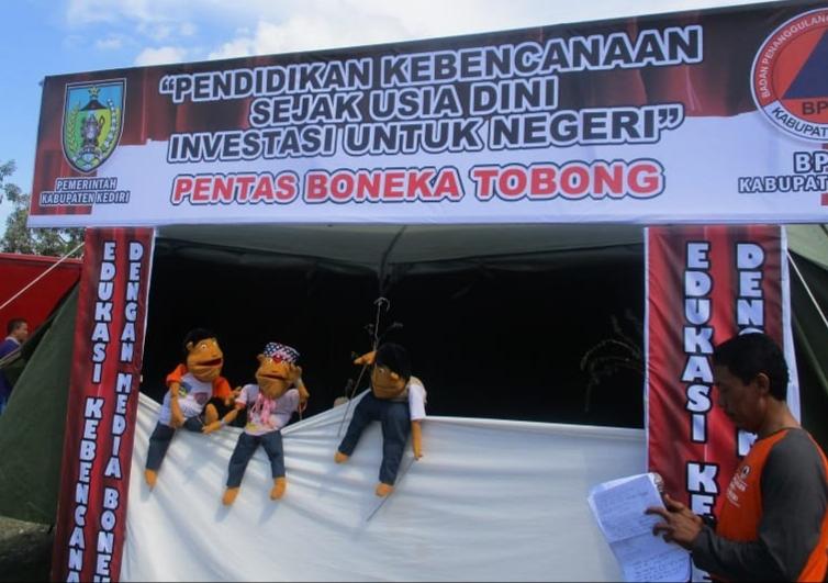 BPBD Kabupaten Kediri Pentaskan Boneka Tobong Sebagai Sarana Edukasi Penanggulangan Bencana Kepada Anak