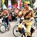 Presiden Jokowi Bersepeda Onthel di Bandung