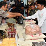 Presiden Jokowi Blusukan di Pasar Sidoharjo Lamongan, Cek Harga Sembako