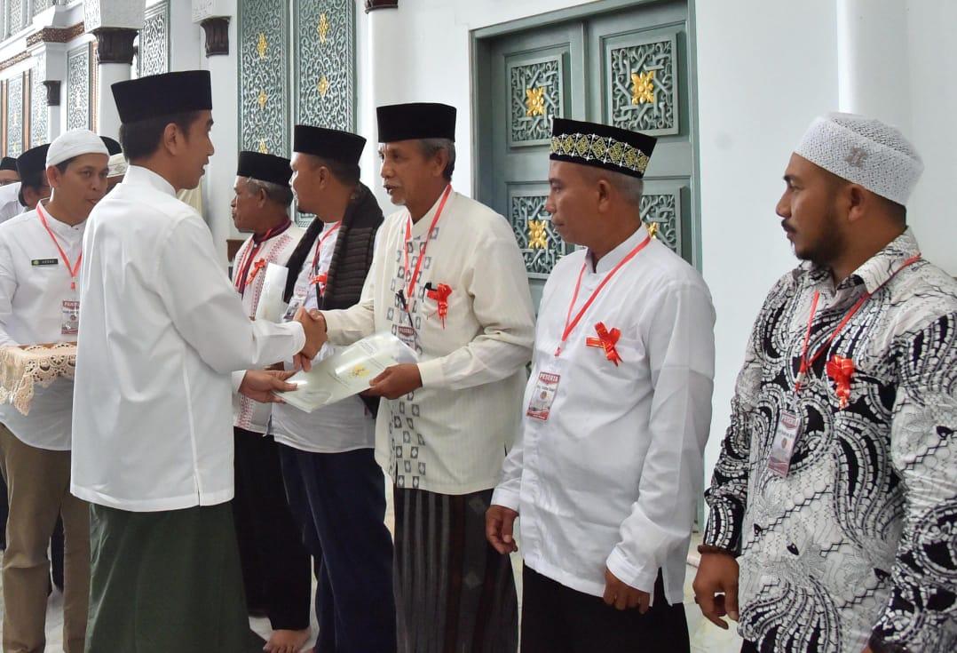 Presiden Serahkan 320 Sertifikat Wakaf di Banda Aceh