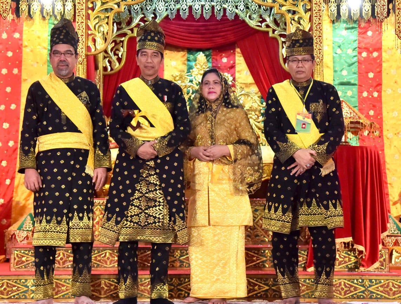 Presiden Jokowi Terima Gelar Datuk Seri Setia Amanah Negara dari LAM Riau