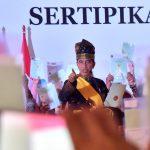 Presiden Jokowi Serahkan 6.000 Sertipikat Hak Atas Tanah di Riau