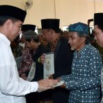 Presiden Jokowi Serahkan 257 Sertipikat Tanah Wakaf di Garut