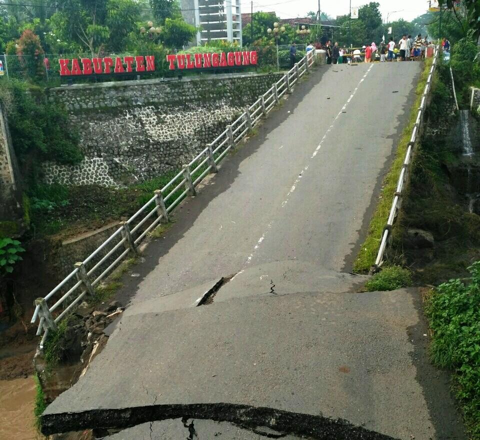 Jembatan Penghubung Kediri – Tulungagung Ambrol