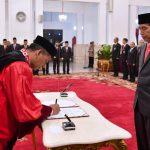 Jokowi Lantik Saldi Isra Sebagai Hakim Konstitusi