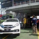 Lima Truk Terguling di Dalam Kapal Fery Karena Cuaca Buruk