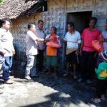 PWI Banyuwangi Bagikan Sembako Gratis Pada Masyarakat Miskin Pesisir
