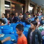 Ribuan Warga Antri Terima Sedekah Salah Satu Pabrik di Kediri