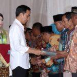 Presiden Jokowi Serahkan 2.850 Sertifikasi di Jember