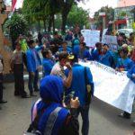 Mahasiswa Kediri Unjukrasa Tuntut Penyelasaian Pembangunan Jembatan Brawijaya