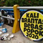 Tim Brigade Evakuasi Popok Susur Sungai Brantas di Kediri