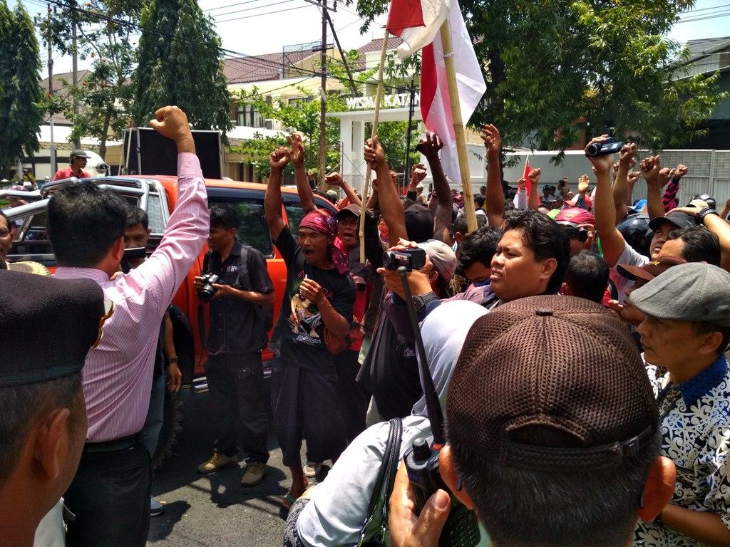Penambang Pasir Tradisional di Kediri Protes Aktivitas Penambangan Pasir Mekanik