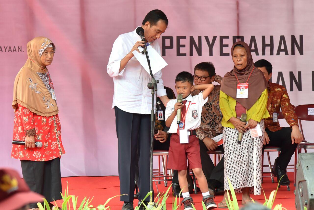 Presiden Bagikan 675 KIP dan 1.500 PKH di Salatiga