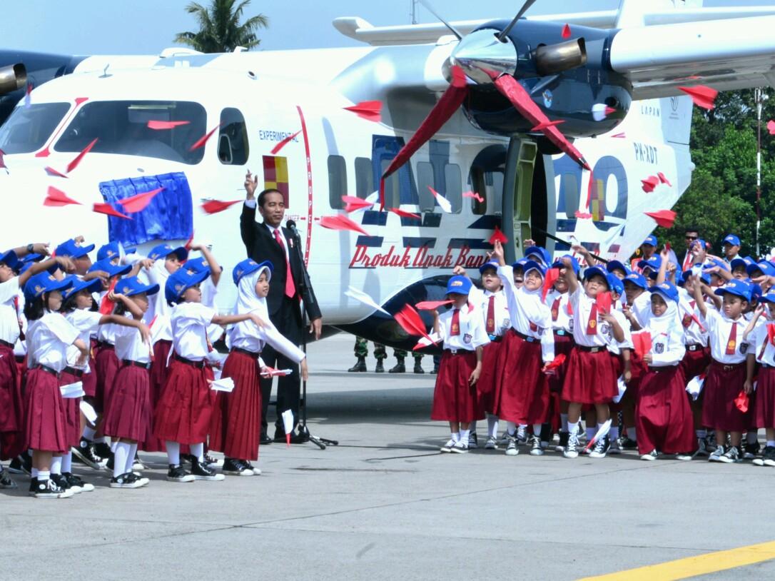 Presiden Jokowi Beri Nama Nurtanio Pada Pesawat N-219