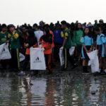 Bersih Sampah di Pantai Sekitar Suramadu, Risma Ajak Warga Surabaya Peduli Lingkungan