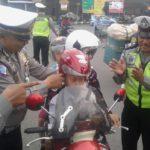 Polisi Ponorogo Bagikan Helm Gratis untuk Anak-anak