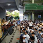 Menteri Perindustrian Serahkan Bantuan Pemerintah untuk Kewirausahaan Santri