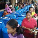 Perusahaan Rokok di Kediri Bagikan Salam Tempel, Ribuan Orang Mengantri