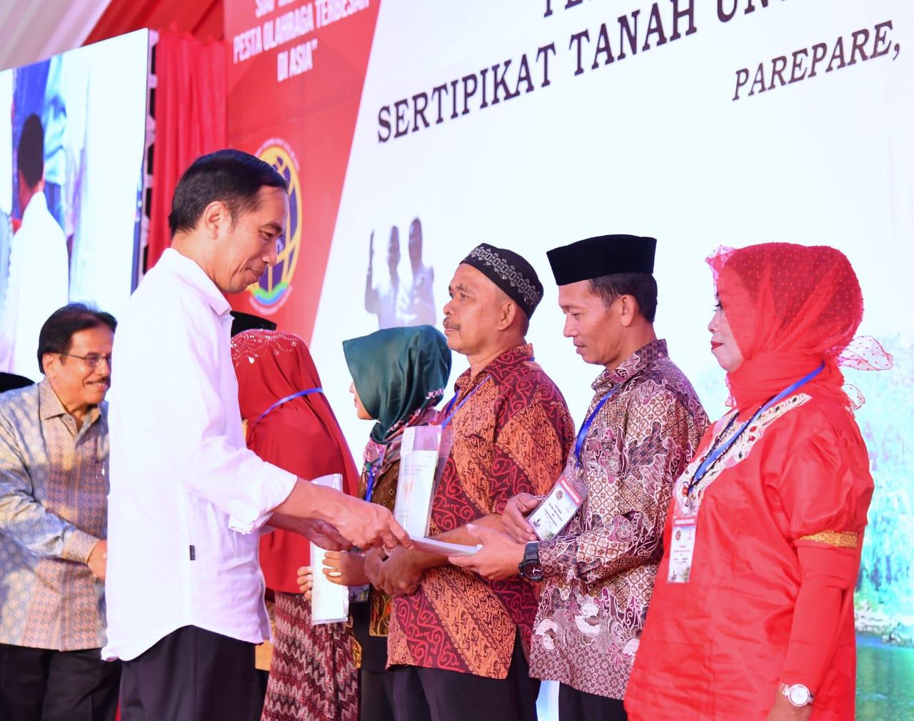 Jokowi Bagikan 5.000 Sertifikat untuk Warga Sulsel