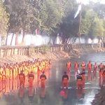Pasukan Oranye Jakarta Gelar Upacara Bendera HUT 73 RI di Kali Cipinang
