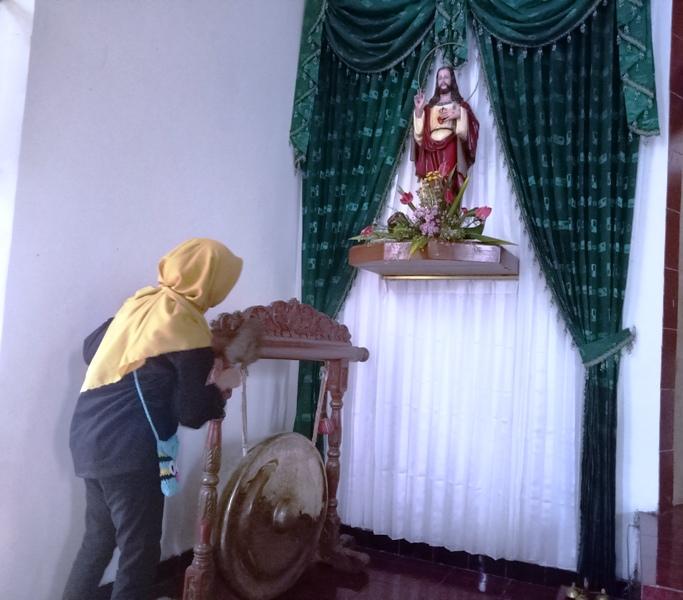 Pemuda Lintas Agama, Bersih – Bersih Seratus Tempat Ibadah di Surabaya