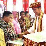 Presiden Jokowi Serahkan 1.300 Sertifikat Kepada Masyarakat di Lampung Tengah