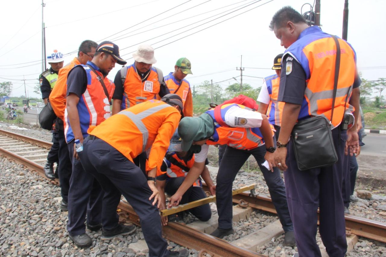 Management PT KAI Daop 8 Tinjau Lintasan Rel Di Wilayah Porong – Sidoarjo