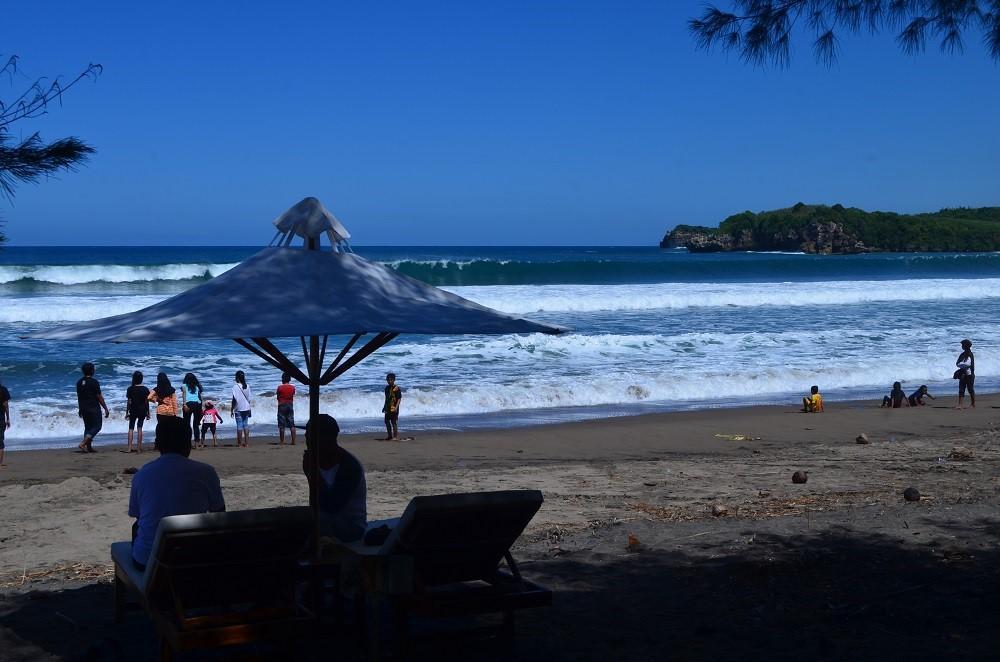 Ribuan Wisatawan Padati Pantai Serang Blitar