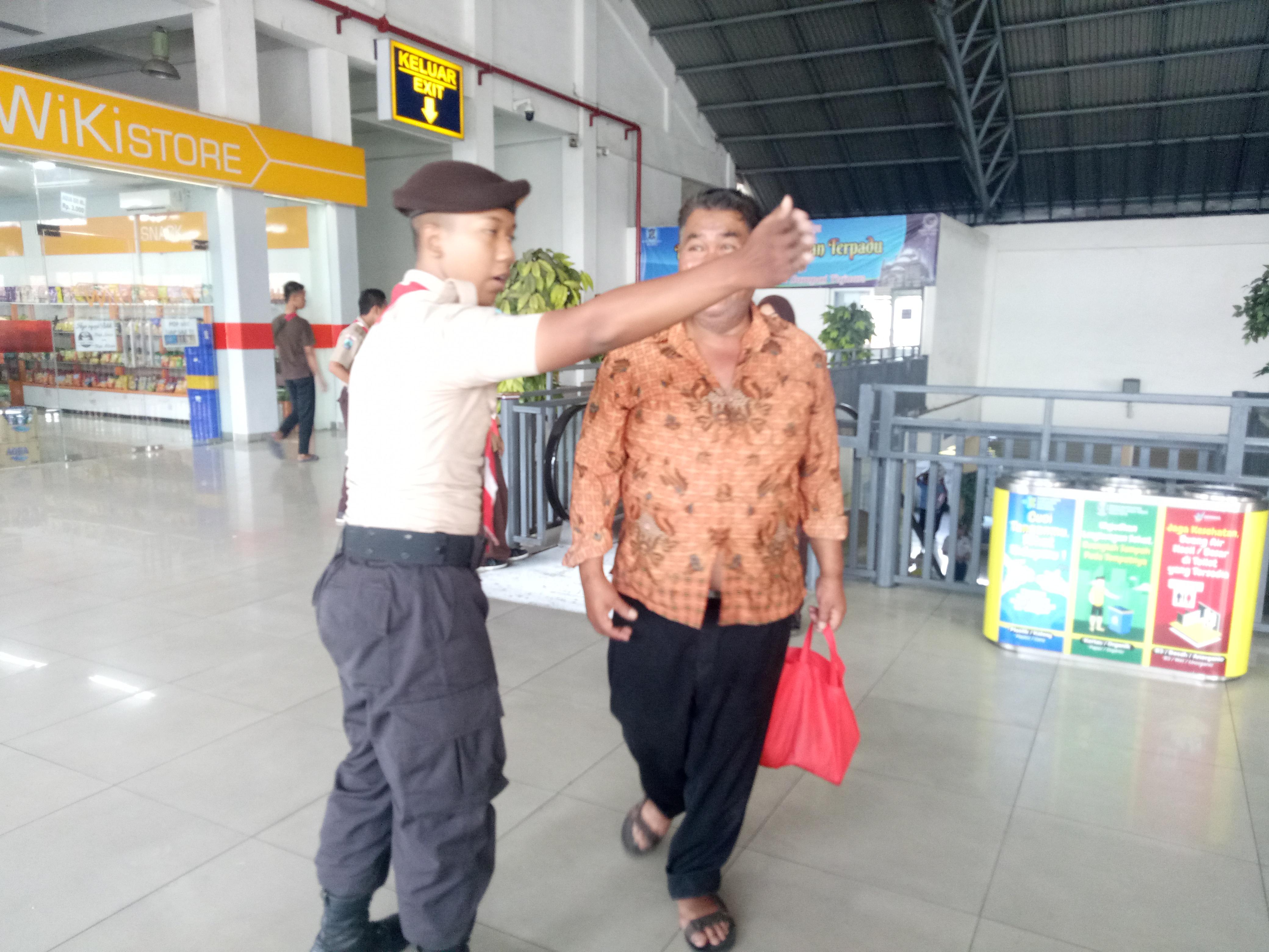 Pramuka Bantu Pemudik di Terminal Purabaya