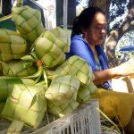 Lebaran Membawa Berkah Pedagang Anyaman Ketupat