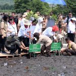 Ibu Negara Bersama Masyarakat Tanam Mangrove