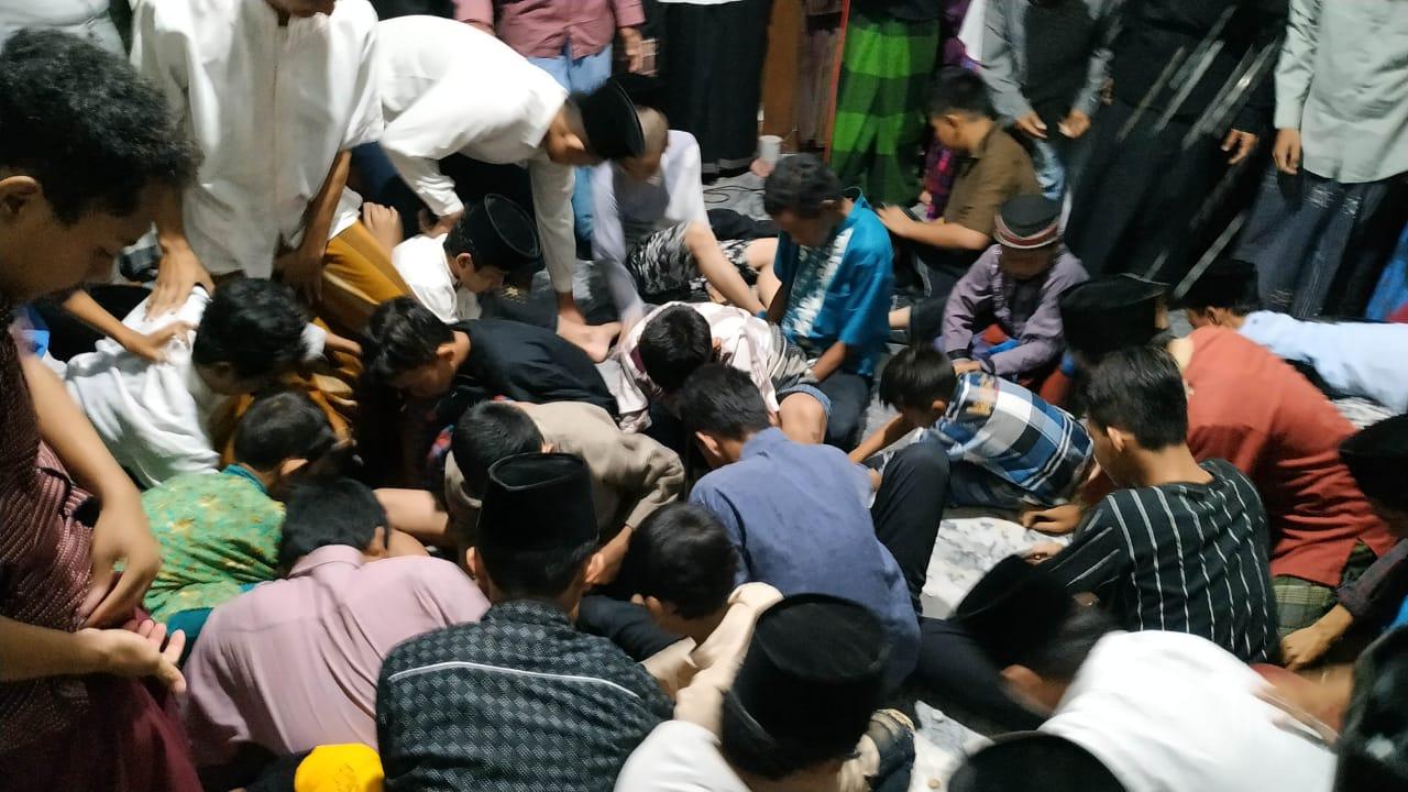 Peringati Maulid Nabi dengan Berebut Uang Receh di Masjid Kediri