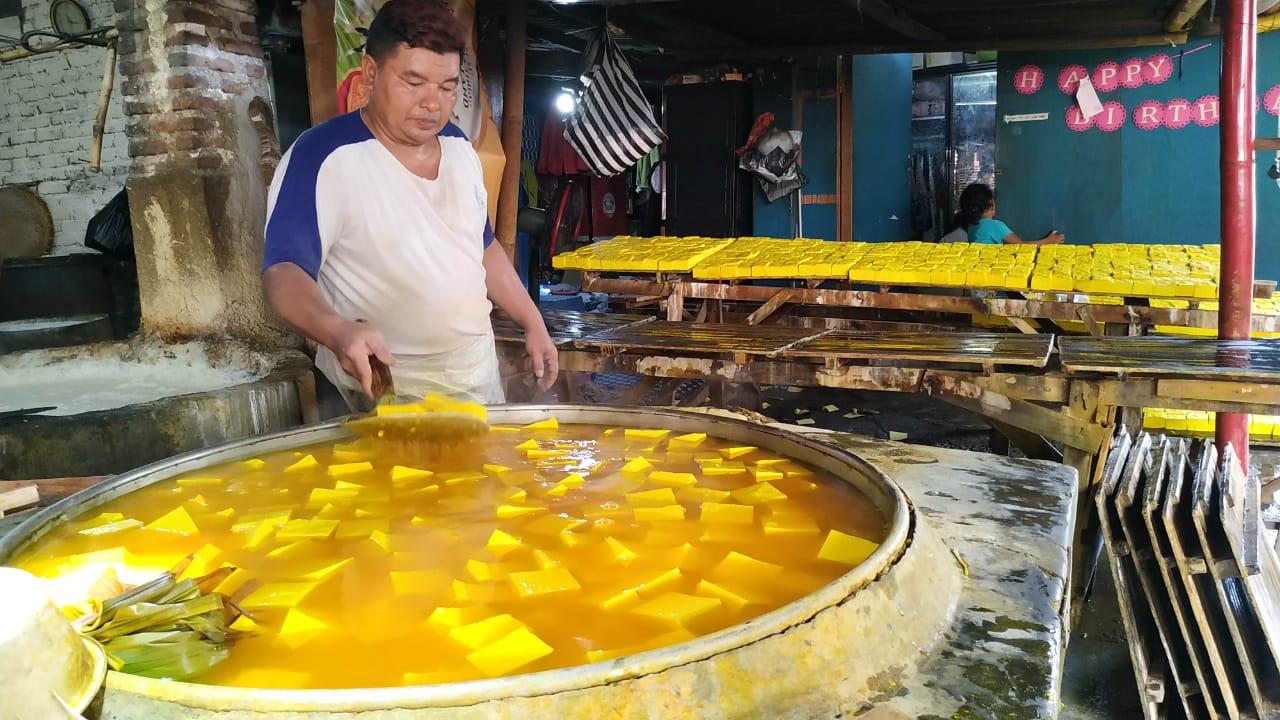 Libur Nataru, Pengrajin Tahu Kuning Khas Kediri Kebanjiran Order