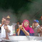 Khofifah Tinjau Dapur Umum Korban Banjir Bondowoso