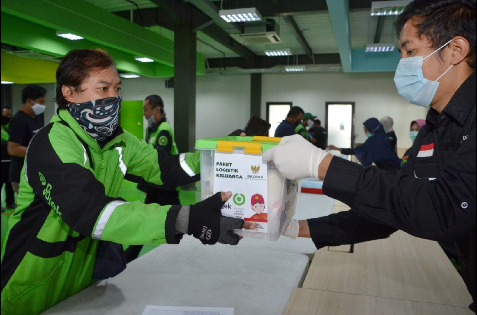 Pelanggan Gojek Donasi 1200 Paket Logistik Keluarga melalui BAZNAS