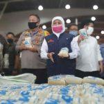 Khofifah Gratiskan Paket Sembako untuk 75 Pembeli Pertama Lumbung Pangan Jatim