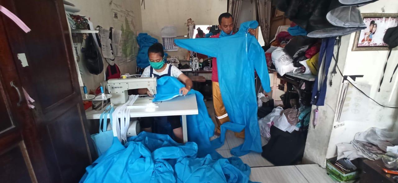 Penjahit Asal Kediri Produksi 1000 APD untuk Tenaga Medis