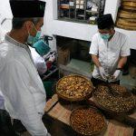 Pengasuh Ponpes Pari Ulu Buat Jamu Suling Zanjabila untuk Cegah Corona