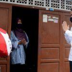 Presiden Tinjau Penyaluran Bansos Tahap Tiga di Johar Baru