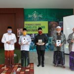 Anas Bagikan Paket Buku Bung Karno ke Pesantren
