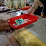 Pasar Tangguh di Surabaya Terapkan Transaksi Menggunakan Nampan