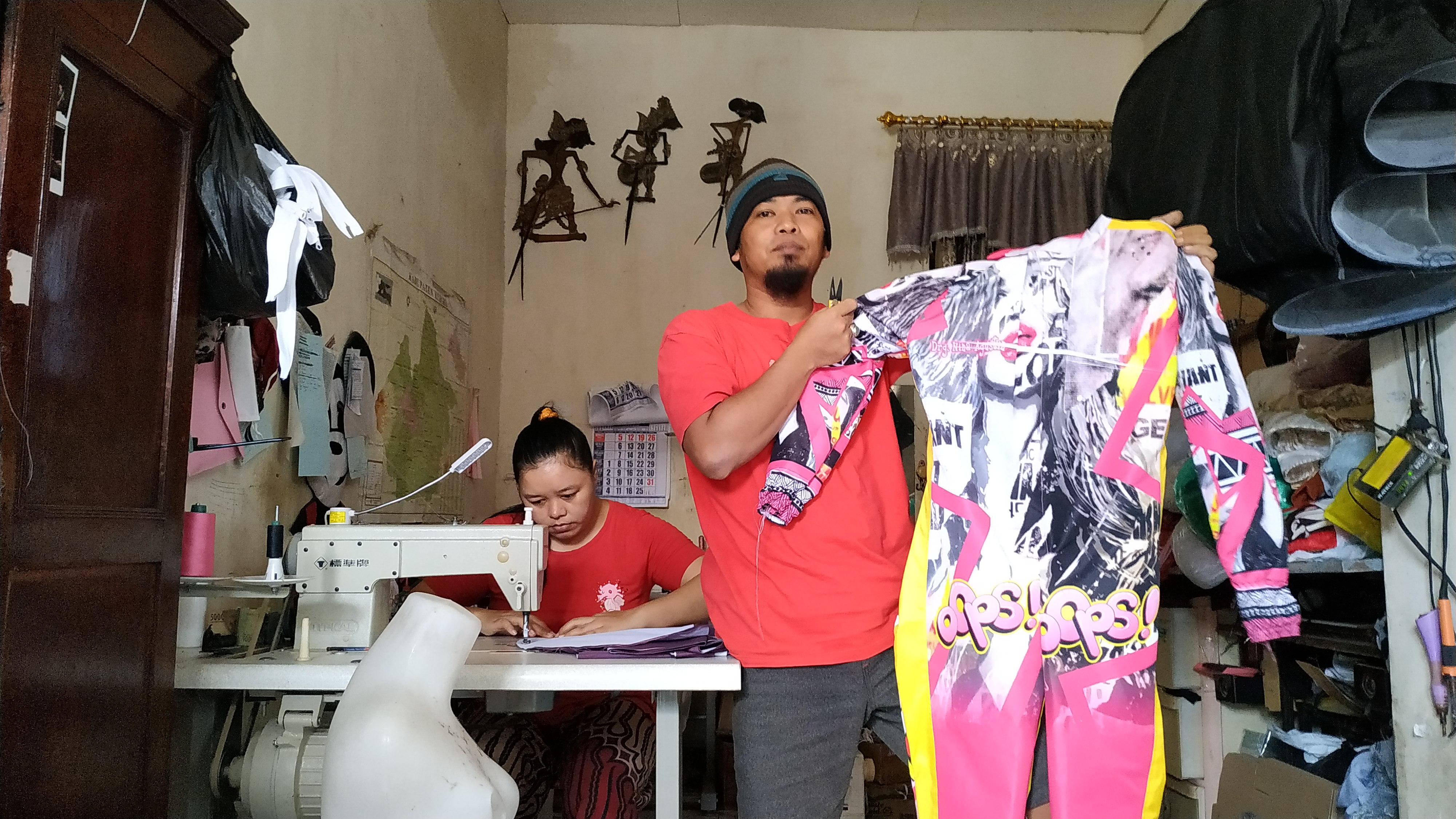 Penjahit Asal Kediri Buat APD Fashionable