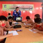 Pelajar Manfaatkan Wifi Pendopo Kecamatan Tambaksari Surabaya untuk Belajar Daring
