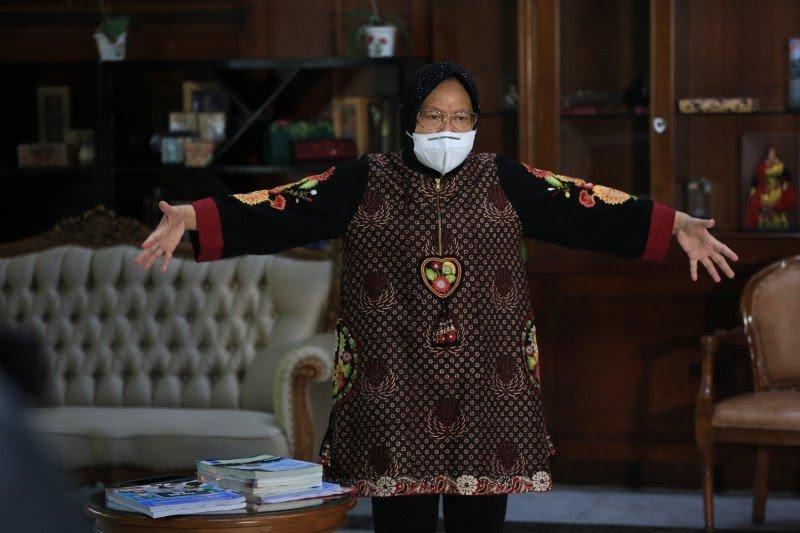 Risma Jadi Guru Sekolah Daring di Surabaya
