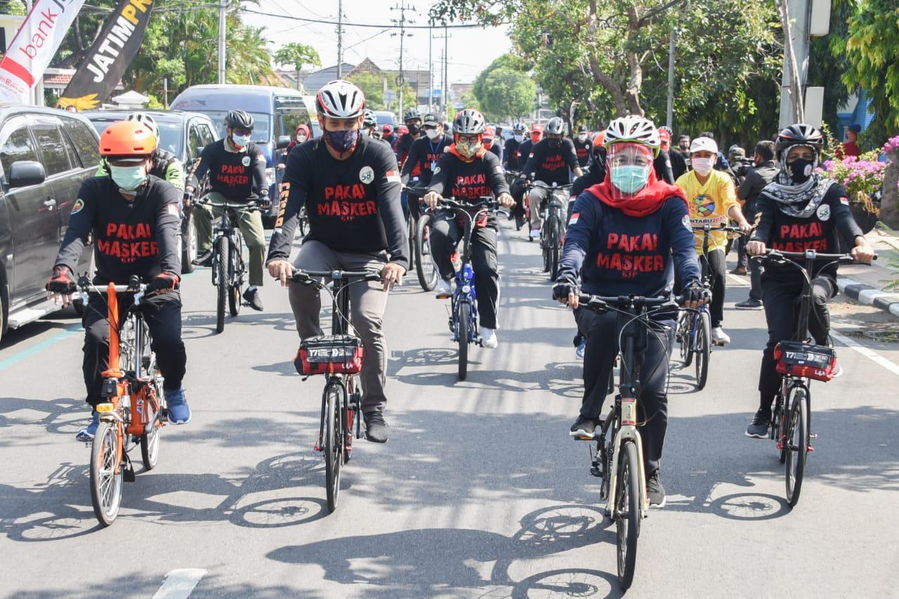 Gowes di Kediri, Khofifah Kampanyekan Pakai Masker dan Bagi Sembako